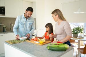 Familia comiendo alimentos que te protegen del sol
