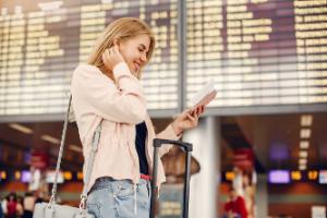 Mujer en aeropuerto de viaje por vacaciones
