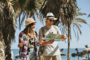 Pareja de viaje en la playa por vacaciones