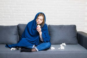 Mujer con gripe por enfermedad de otoño