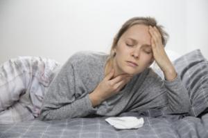 Mujer con síntomas de coronavirus, gripe o resfriado