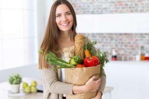 Mujer que come alimentos para depurar el organismo