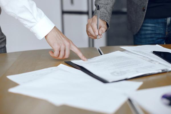 Firma de contrato por seguro de accidentes